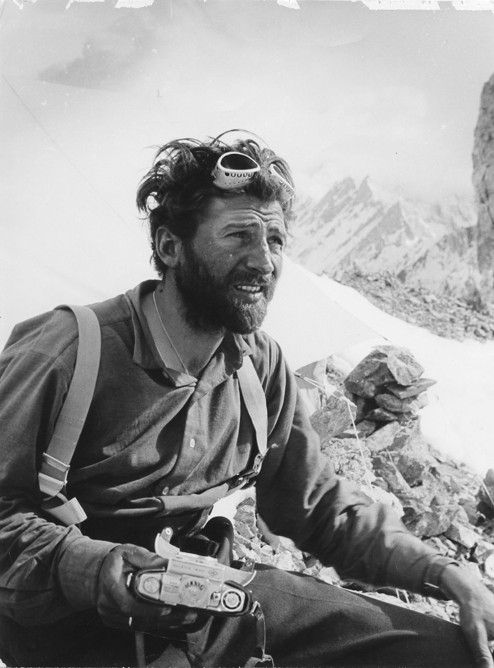 Херман Бул в базов лагер на Нанга Парбат 1953 г.