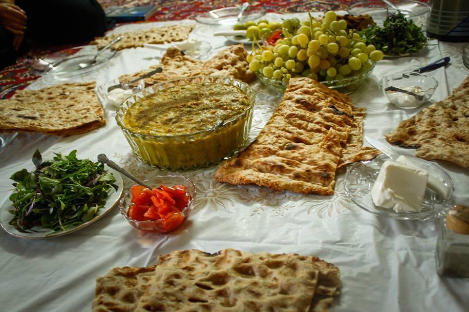 Традиционна закуска в Шираз, зеленото в купата е Аш.