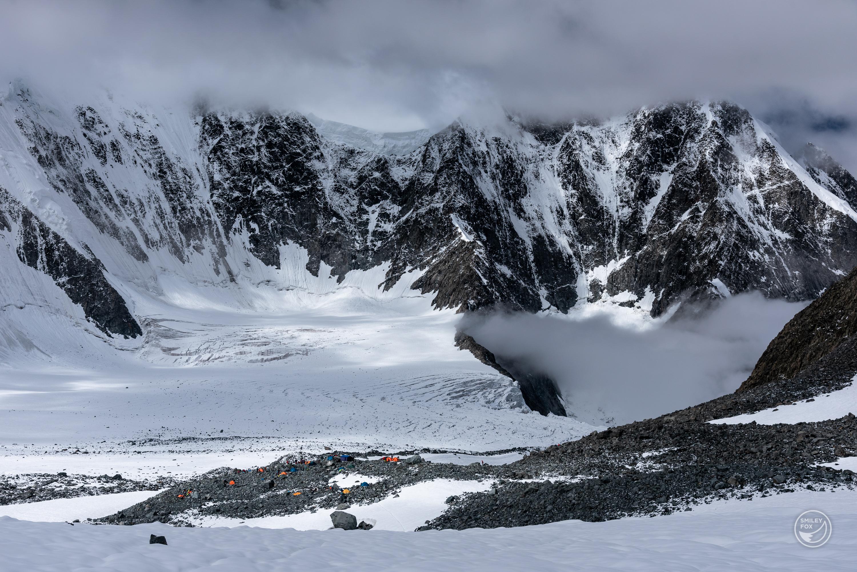 Палатките от лагера ни на Томски стоянки се виждат в далечината