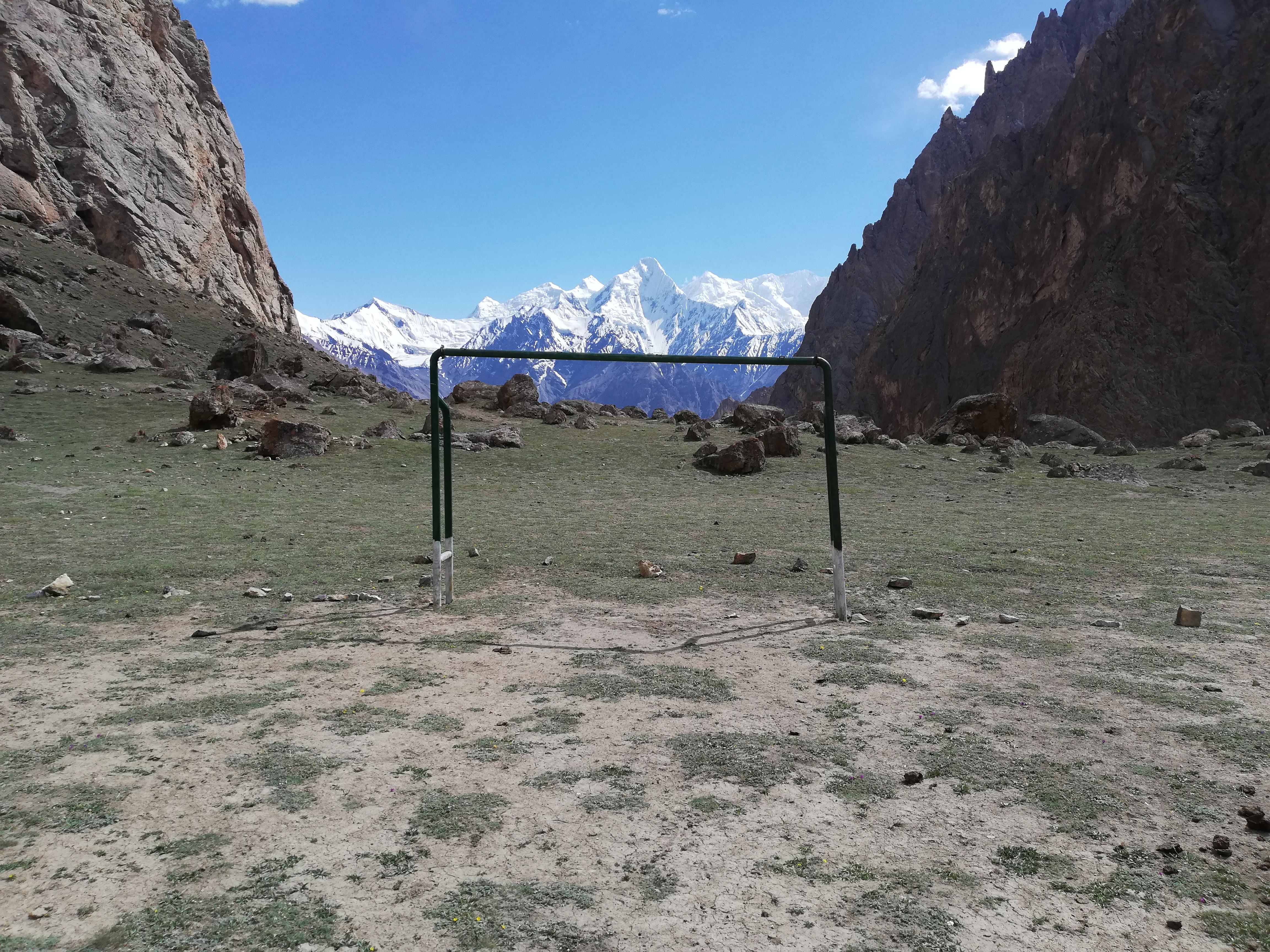 Футболен терен с гледка на 4000 м.
